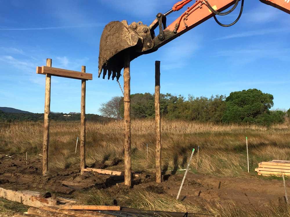 Battage des pieux de structure du cheminement en bois