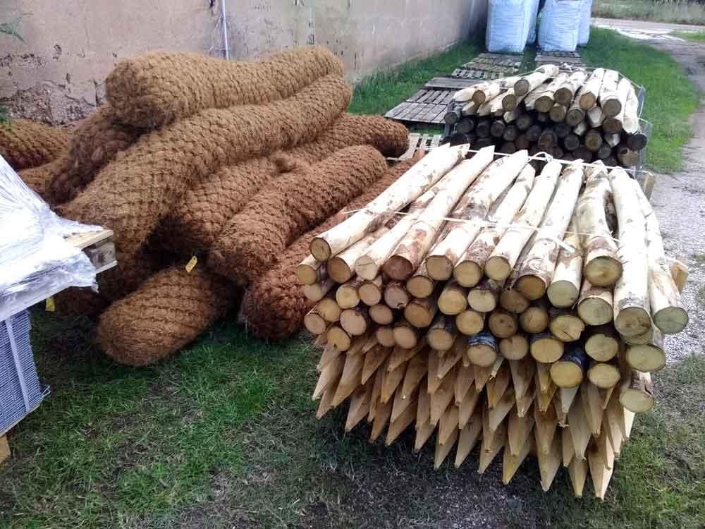 Pieux de châtaignier et boudins de fibres de coco pour les fascines