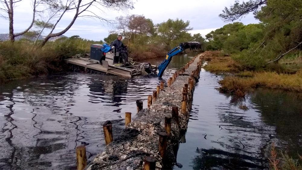 Le Mobitrac à l'œuvre pour curer le canal