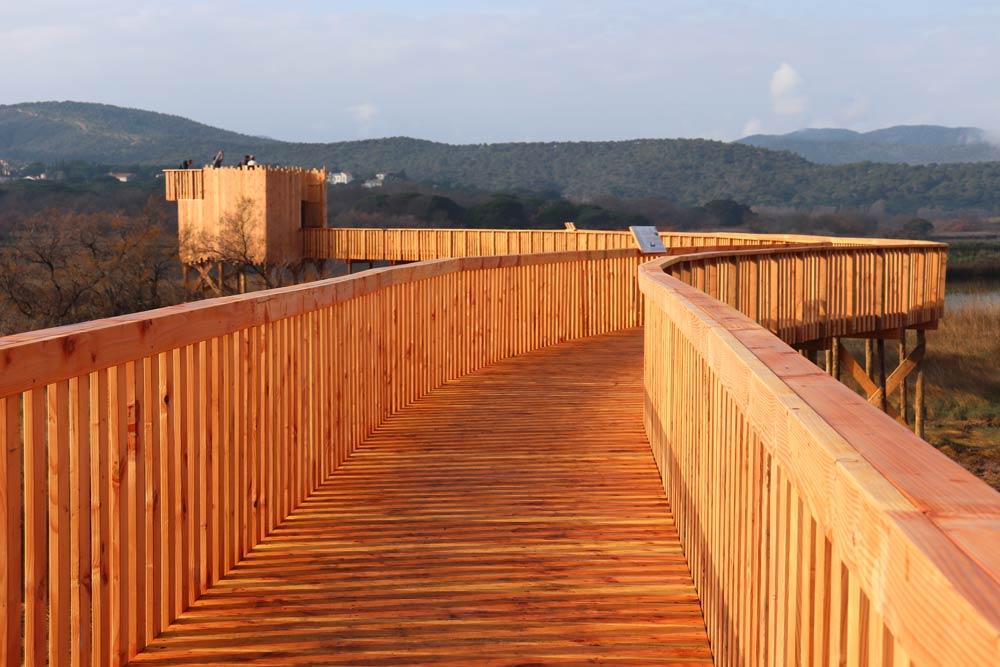 Cheminement en platelage bois et garde-corps à barreaudage vertical
