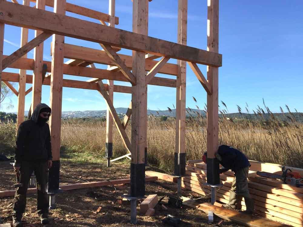 Fixation des poteaux de l'observatoire bois sur les platines des Technopieux
