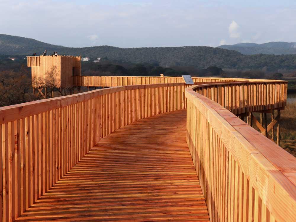 Cheminement en platelage bois sur pieux battus