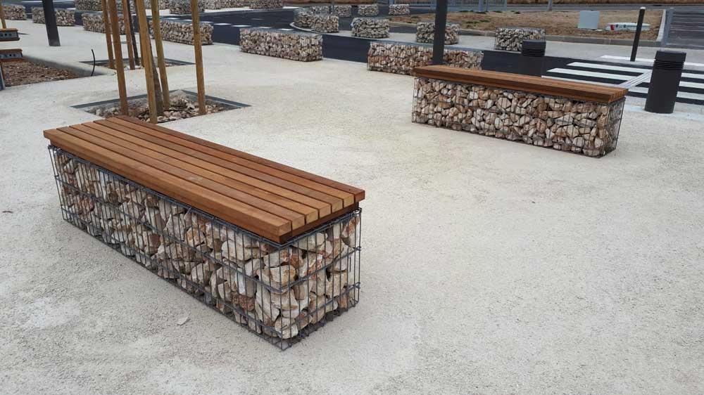 Banc en gabions avec assises bois