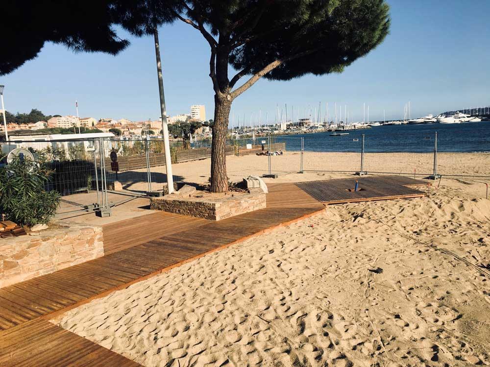 Réalisation d'un ensemble de platelage bois sur la plage de Sainte-Maxime, VAR