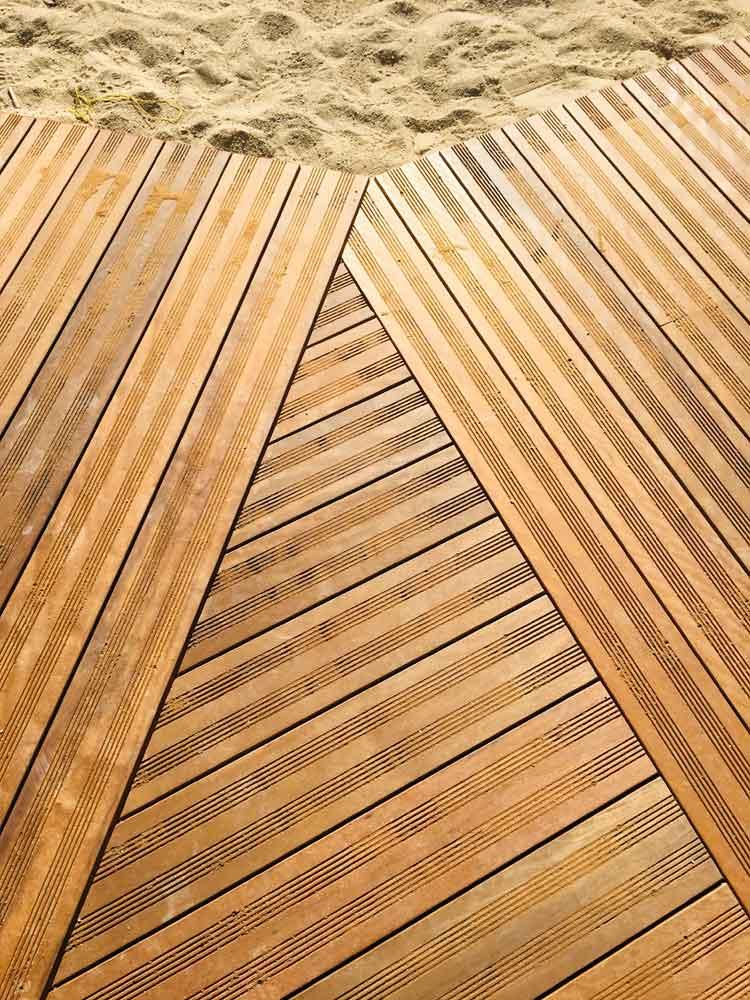 Platelage bois sur sable