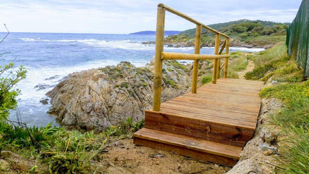 Passerelle en bois et garde-corps sur le littoral