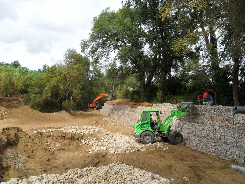 Construction d'un mur de soutènement en gabions pour une berge