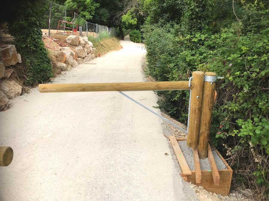 Aménagement bois - Barrière bois pivotante