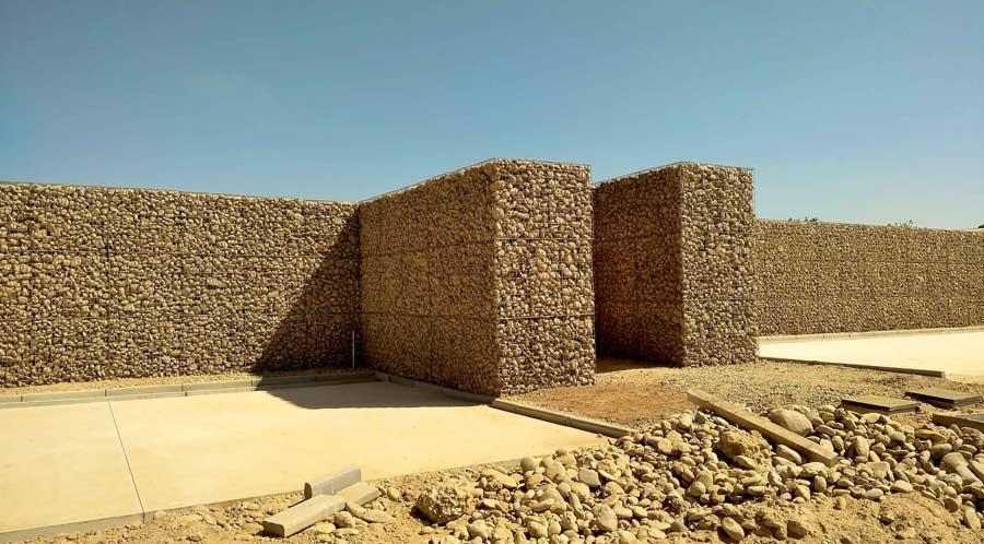 Mur anti-bruit en gabions et noyau de sable – Istres (Bouches-du-Rhône, 13)