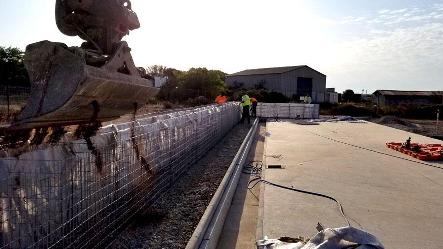 Mur écran anti-bruit en gabions - remplissage du noyau de sable