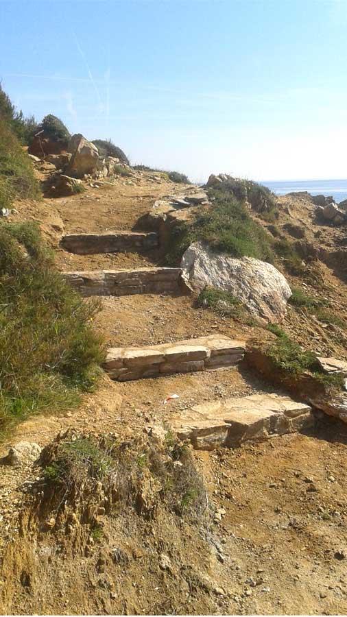 Marches en pierres sur le sentier du littoral de Saint-Tropez