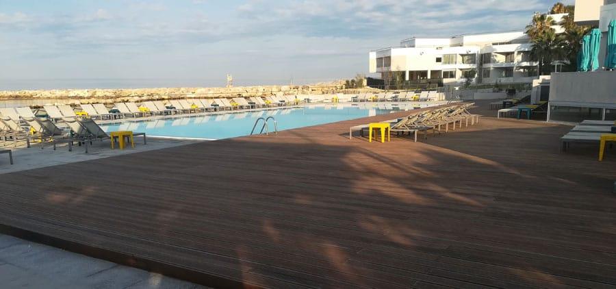 Platelage en bois piscine hôtel Nhow à Marseille