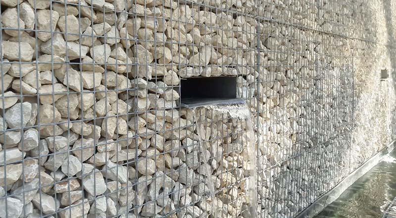 Mobilier en gabions et lame d'eau