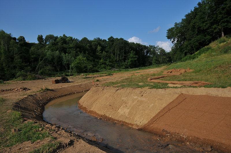 Reméandrage d'un cours d'eau - création des berges