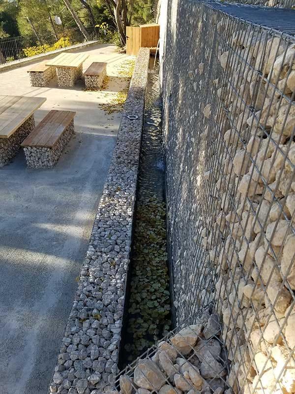 Mur de soutènement en gabions et fontaine