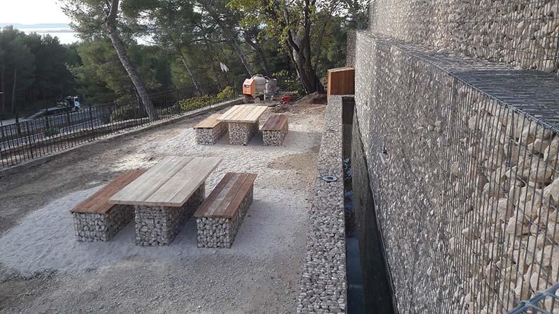 Mur de soutènement en gabions et lames d'eau