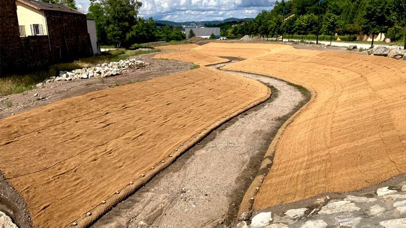 Travaux de végétalisation pour la restauration hydromorphologique d'un cours d'eau