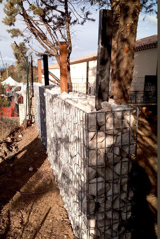 Mur de clôture en gabions avec poteaux raidisseurs