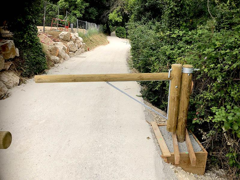 Barrière d'accès en bois